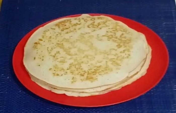 испечённые блины на тарелке