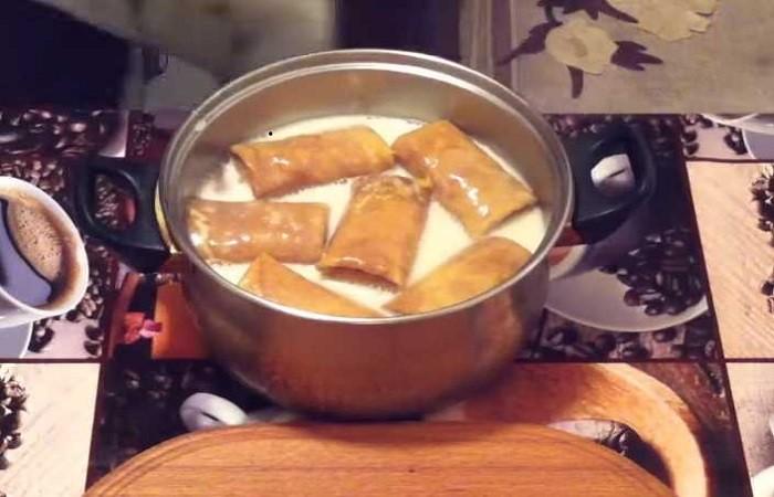 фаршированные блины в соусе в кастрюле