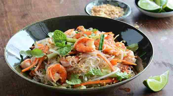 Салат с фунчозой и овощами, рецепт с в домашних условиях с креветками