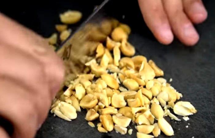 рубим ножом орехи