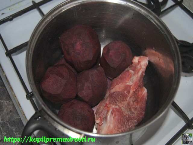 варим свёклу и мясо