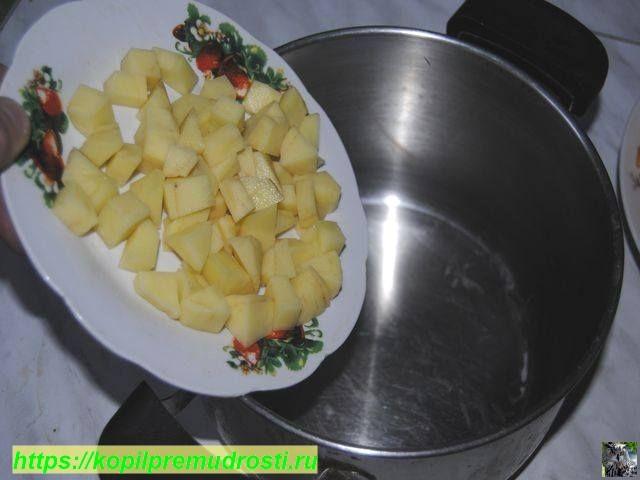 закладываем картошку в кастрюлю
