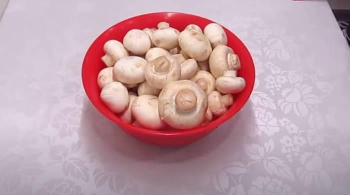 грибы в миске